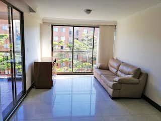 Una sala de estar llena de muebles y una ventana en Apartamento en venta en Fátima de tres alcobas