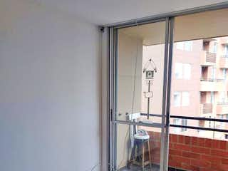 Un cuarto de baño con un inodoro y una ducha en Apartamento en venta en Suramérica de tres habitaciones
