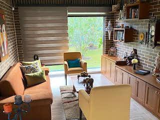 Una sala de estar llena de muebles y una televisión de pantalla plana en Casa en venta en El Retiro de 260mts
