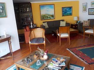 Una sala de estar llena de muebles y una mesa en Apartamento En Venta En Bogota Bella Suiza