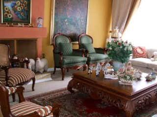 Una sala de estar llena de muebles y una lámpara de araña en Casa en Bogota Las Margaritas - de dos pisos, 4 alcobas