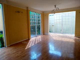 Una vista de una sala de estar y comedor en Casa en venta en Santa María Tepepan, de 201mtrs2