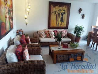 Una sala de estar llena de muebles y una mesa en Apartamento en venta en La Castellana de tres alcobas