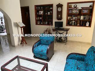 Una sala de estar llena de muebles y un estante de libros en Casa en venta en Niquía, 168mt