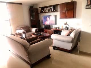 Una sala de estar llena de muebles y una televisión de pantalla plana en Recintos de la Abadia