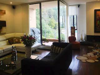 Una sala de estar llena de muebles y una gran ventana en Casa en venta en Bosque de Pinos, 236mt de tres niveles