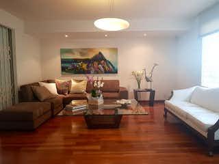 Una sala de estar llena de muebles y una televisión de pantalla plana en Casa en venta en Palmas, 340mt de dos niveles.