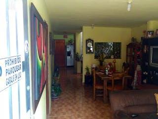 Una sala de estar llena de muebles y una chimenea en Casa en venta en Envigado, sector Camino Verde de 4 habitaciones