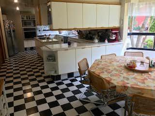 Una cocina con un piso a cuadros y un piso a cuadros en Casa en venta en Texmic de 5 recámaras