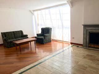 Una sala de estar llena de muebles y una chimenea en Casa En Venta En Bogota Chico Navarra