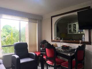 Una sala de estar llena de muebles y una televisión de pantalla plana en Apartamento en venta en  Boston de  2 habtiaciones