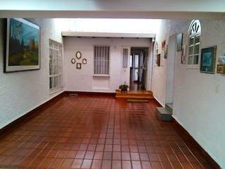 Una sala de estar llena de muebles y un suelo de madera en Casa En Santa Cecilia, Modelia, 3 Habitaciones. 200m2.