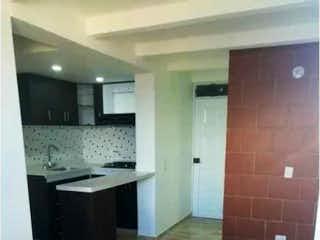 Un cuarto de baño con un inodoro y un lavabo en Apartamento en venta en Pajarito de  3 habitaciones