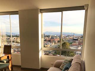 Una sala de estar llena de muebles y una gran ventana en Magenta
