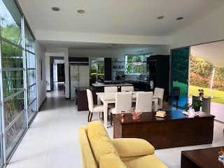 Una sala de estar llena de muebles y una ventana en Casa en venta en Alto de Las Palmas Indiana de 5500mts