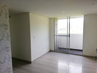 """Un refrigerador congelador blanco sentado en una cocina en URBANIZACIÃ""""N AIRES DEL BOSQUE"""