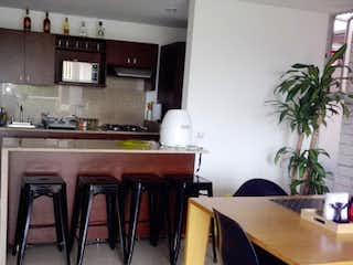 Una cocina con sillas de mesa y una planta en maceta en Edificio Trentto