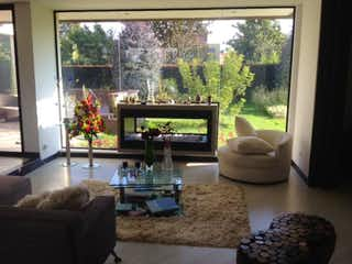 Una sala de estar llena de muebles y una gran ventana en Casa en venta en Hacienda San Simón de 3 habitaciones