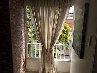 Una ventana grande en una habitación con una ventana en Apartamento en venta en Simon Bolivar de dos habitaciones