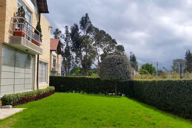 Foto 2 de Casa En Venta En Cajica, con cuatro garajes y depósito.