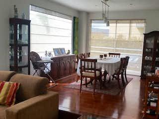 Una sala de estar llena de muebles y una ventana en Casa En Cajica, Cajica, 3 Habitaciones- 305m2.