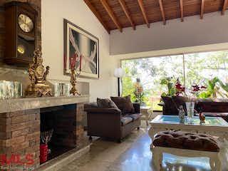 Una sala de estar llena de muebles y un reloj en Torres Claras