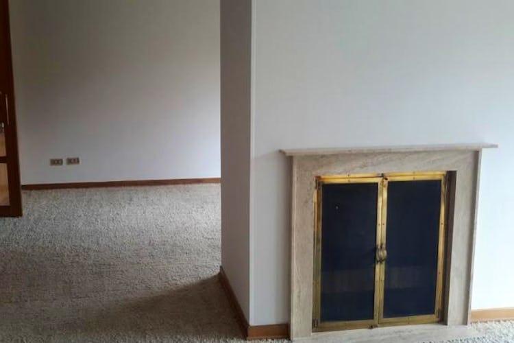 Foto 8 de Apartamento en Bogota Santa Barbara Central - en segundo piso, sala con chimenea