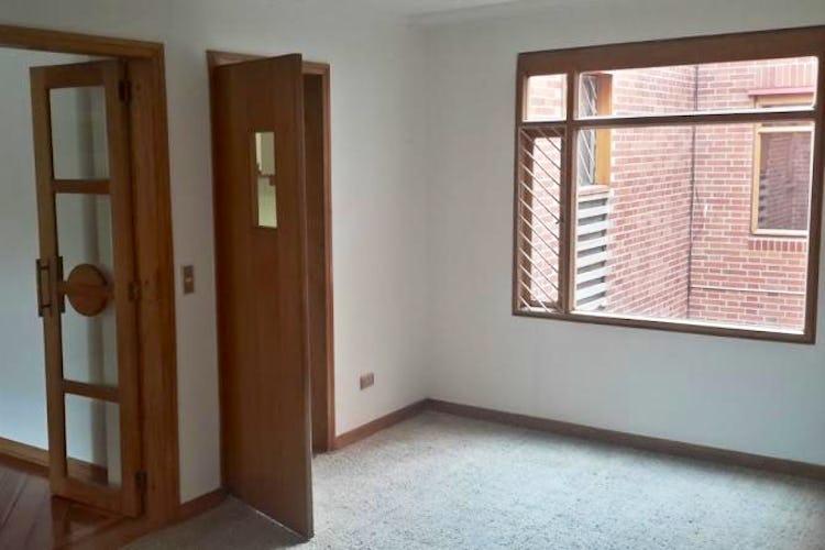 Foto 11 de Apartamento en Bogota Santa Barbara Central - en segundo piso, sala con chimenea