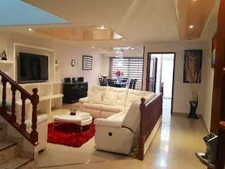 Una sala de estar llena de muebles y una televisión de pantalla plana en Casa en venta en Normandía de 335mts, tres niveles