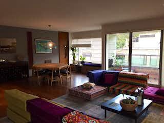 Una sala de estar llena de muebles y una gran ventana en Apartamento en venta en La Cabrera, 180m²