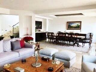 Una sala de estar llena de muebles y una mesa en Casa en venta en Santa Fe Cuajimalpa de 500mts, dos niveles