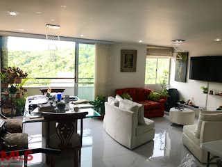 Una sala de estar llena de muebles y una televisión de pantalla plana en Camino De Colores
