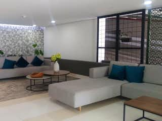 Una sala de estar llena de muebles y una gran ventana en Villa San Remo