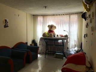 Un hombre sentado en un sofá en una sala de estar en Casa en venta en Suba Lombardía de  4 habitaciones