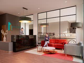 Una mujer de pie en una sala de estar al lado de un sofá en Novum