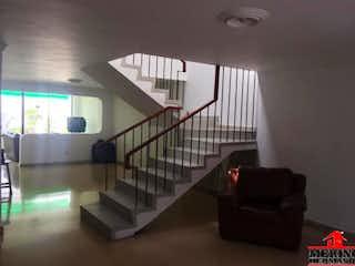 Una sala de estar llena de muebles y una escalera en Casa en venta en Velódromo de 544mts, dos niveles