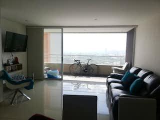Una sala de estar llena de muebles y una televisión de pantalla plana en Apartamento en venta en Carlos E. Restrepo de tres habitaciones