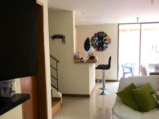 Un cuarto de baño con lavabo y espejo en Casa en venta en San Antonio de Pereira de 143mts, dos niveles