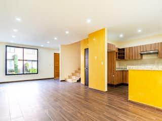 Una sala de estar con suelos de madera y paredes amarillas en Casa en venta en San Lorenzo La Cebada, 178mt de tres niveles