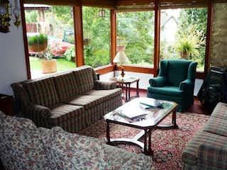 Una sala de estar llena de muebles y una ventana en Casa en venta en  La Calera, 340mt de tres niveles