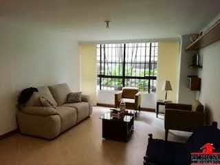 Una sala de estar llena de muebles y una ventana en TORRE DE SANTA MARIA