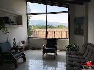 Una sala de estar llena de muebles y una ventana en FRAIZORO