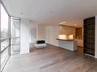 Una sala de estar con suelos de madera y paredes blancas en Apartamento en venta en El Retiro, 186mt