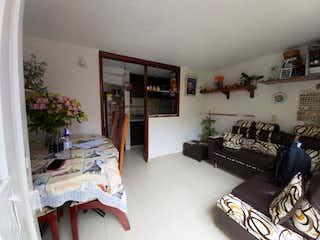 Una habitación que tiene una cama y un sofá en ella en VENTA CASA TUNAL