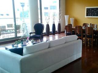 Una sala de estar llena de muebles y una gran ventana en Apartamento en venta en Colinas de Suba de  3 habitaciones