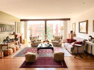 Una sala de estar llena de muebles y una gran ventana en Apartamento en venta en Rosales de  3 habitaciones