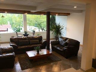 Una sala de estar llena de muebles y una gran ventana en Casa en venta en  La Magdalena de  3 recámaras