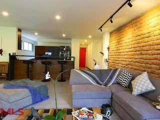 Una sala de estar llena de muebles y una ventana en Toledo