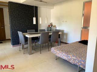 Un dormitorio con una cama y un escritorio en Torreón de Sabaneta