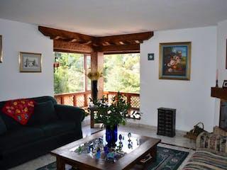 Una sala de estar llena de muebles y una chimenea en Apartamento En Venta En Bogota Lindaraja